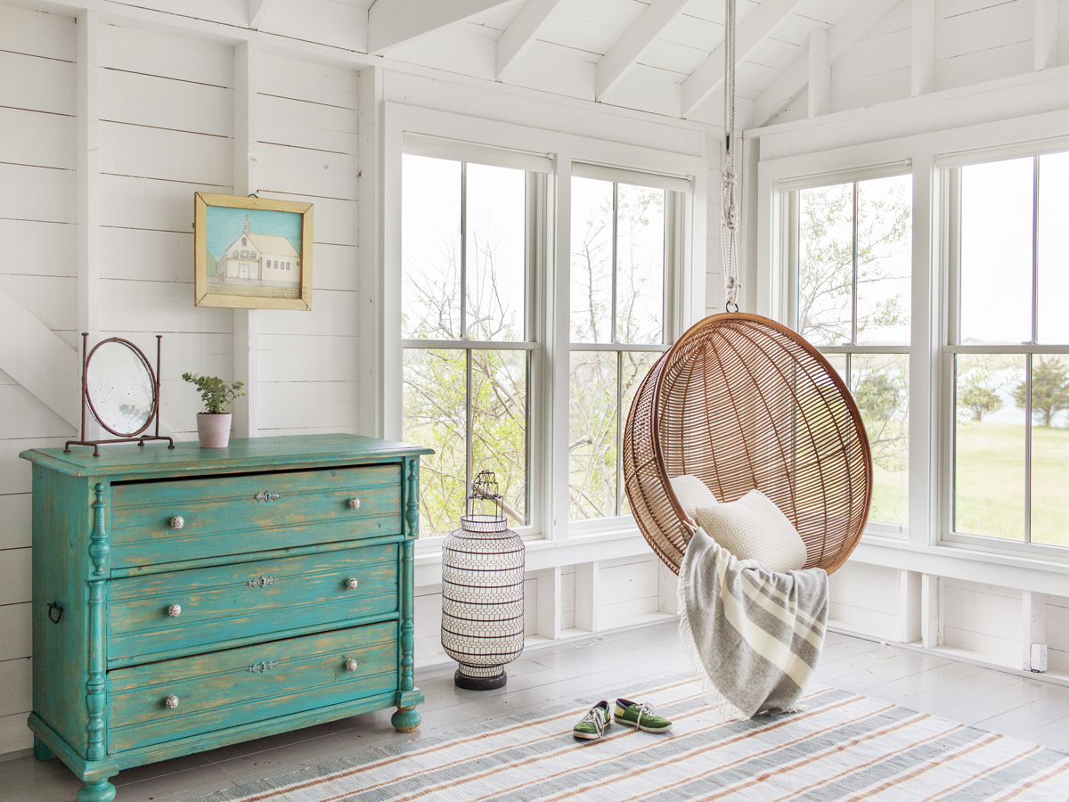24_Kate-MaloneyInteriorDesign_MarthasVineyard_swing-Chair